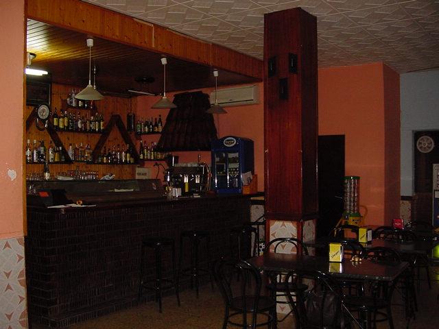 Reforma de bar puzzle arquitectura for Bar rustico de madera